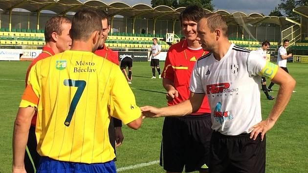 Pavel Simandl (ve žlutém) a kapitán Holice těsně před úvodním výkopem.