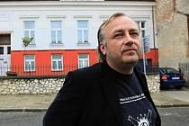 Pavel Doležal – malíř, tvůrce prostorových objektů, designér, fotograf, divadelník a hudebník.