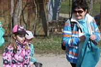 Rekord. Dvě stovky dobrovolníků vyrazily v sobotu uklízet okrajovou část Břeclavi u Kančí obory. Vlečku za traktorem zaplnilo přes sto dvacet pytlů plných odpadků.