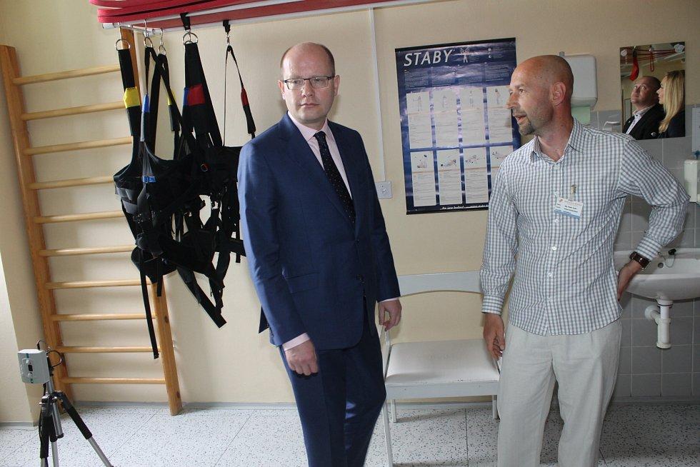 Premiér Bohuslav Sobotka zavítal v neděli odpoledne do břeclavské nemocnice. Spolu s ním přijel i jihomoravský hejtman Michal Hašek, zástupci ministerstva zdravotnictví a Všeobecné zdravotní pojišťovny.
