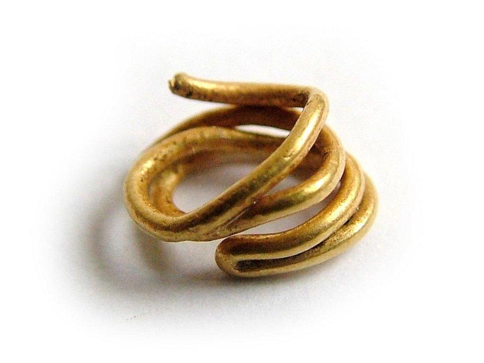 Zlatá ozdoba lidu se zvoncovitými poháry.