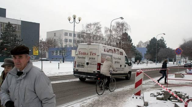 Také v pondělí ráno se o břeclavské silnice dělila auta, cyklisté i chodci. Stavební práce v centru města totiž dělníci stále dokončují, a tak při docela vydatné sněhové nadílce nebyla o nepříjemné situace v některých místech nouze.