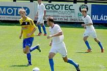 Třetiligové břeclavští fotbalisté (v bílém).