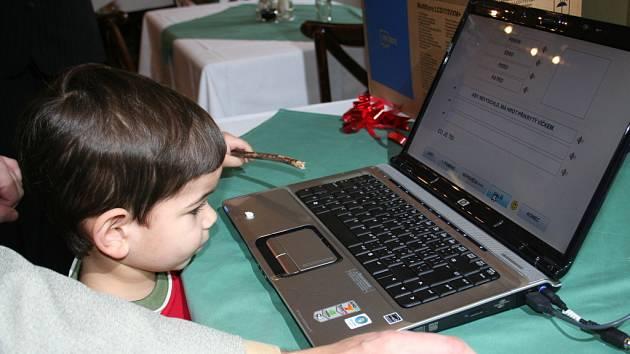 Dotykový monitor a speciální logopedický program Mentio. To všechno dostal čtyřletý autista Adam z Břeclavi od nadačního fondu Ledňáček.