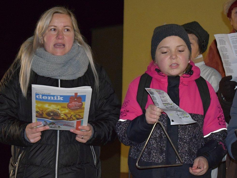 Asi dvě stě lidí si přišlo ve středu v podvečer zazpívat koledy s Deníkem na náměstí do Klobouk u Brna. Tón udával asi šedesátičlenný sbor složený z žáků tamního gymnázia doplněný o kloboucké důchodce.