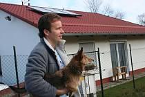 Luboš Řehák stojí u pasivního domu, který společně se stavební firmou postavil před pěti lety.