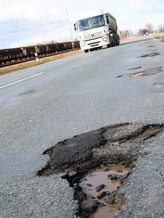 Silnice druhé třídy II/425 z Břeclavi do Podivína je po uplynulých zimních měsících prošpikovaná spoustou děr.