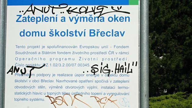 V centru Břeclavi bylo k vidění zkomolené slovo propagující nacismus.