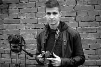 Devatenáctiletý František Verbík z Hrušek se několik let věnuje fotografování a nyní pracuje na videoklipu pro Aleše Brichtu.