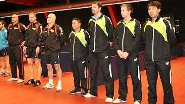 Rakouští a hustopečští tenisté (v popředí) před zápasem poháru ETTU.