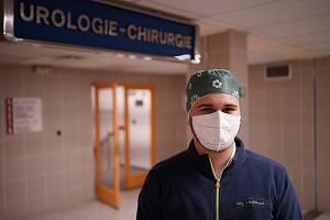 Studenti středních zdravotnických škol vypomáhají v jihomoravských nemocnicích. Erik Hříba slouží v Břeclavi u covidových pacientů hospitalizovaných na urologickém oddělení.