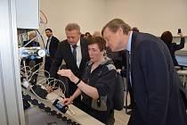 Společnost Fosfa vybavila žákům břeclavské průmyslovky novou laboratoř. Za milion korun.