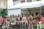 Vyučování už dávno skončilo, ale studenti i učitelé mikulovského gymnázia ve škole zůstávají. Užívají si Gymplfest.