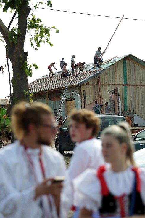 V Moravské Nové Vsi na Břeclavsku se i přes dopady tornáda konaly tradiční Svatojakubské hody.