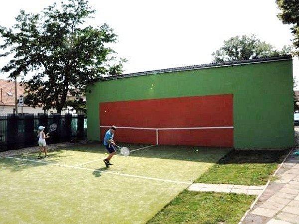Oprava tenisové stěny stála 145 tisíc korun.