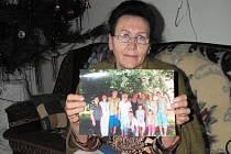 Naděžda Zhurina ukazuje fotografii své rozvětvené rodiny.