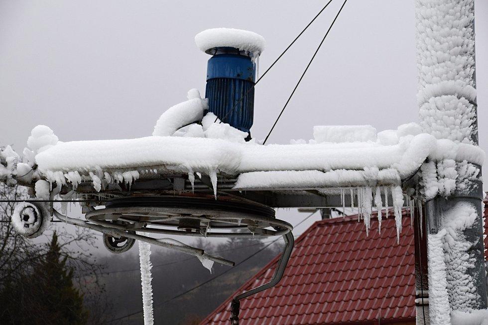 Než začaly jarní prázdniny rozhrnuli v Němčičkách rolbou hromady technického sněhu. Na svahu se pak mohlo jezdit na bobech nebo na lyžích na vlastní nebezpečí.