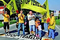K odpůrcům Temelína, kteří na hranicích v Poštorné protestovali, se přidala i náhodně projíždějící rakouská rodina. Většina ostatních jejich nadšení nesdílela. Lidé pospíchali na letiště, domů nebo na dovolenou.