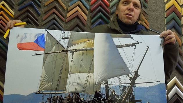 Dobrodruh Luděk Kocourek z Podivína s fotografií lodě La Grace.