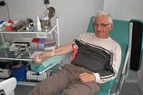 Břeclavská nemocnice pořádá pro dárce krve i zvláštní akce. Tu poslední před pár dny využil také drnholecký Miroslav Zemčík. Na tamním hematologicko-transfuzním oddělení jej dobře znají. Mezi dárci krve patří k rekordmanům.