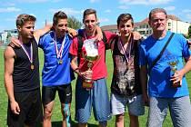 Vítězné družstvo atletického čtyřboje Adam Horák, Erik Veselý, Filip Král a Dalimil Mikyska s učitelem Petrem Pláteníkem.