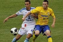 Břeclavští fotbalisté (ve žlutém) zápas proti Olomouci nedohráli. Déšť je vyhnal ze hřiště.