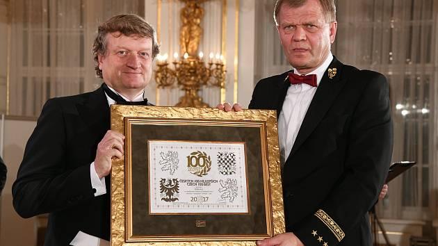 Generální ředitel Fosfy Ivan Baťka (vlevo) s oceněním při vyhlášení výsledků soutěže Českých 100 nejlepších.
