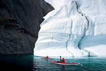 Vylezte s polskou dvojicí na nejvyšší pobřežní útes na světě. Patnáct set metrů vysoká kolmá stěna v Grónsku! A jediná možnost dostat se pod ní je na mořském kajaku mezi ledovými krami.