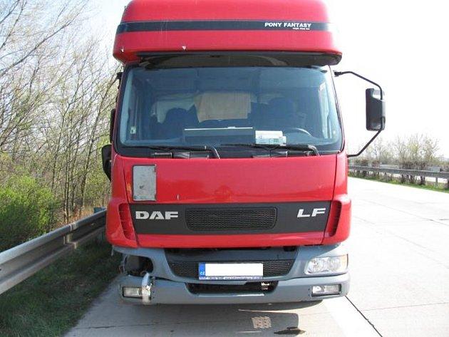 Kamion, jehož řidič se doslova řítil opilý po dálnici D2.