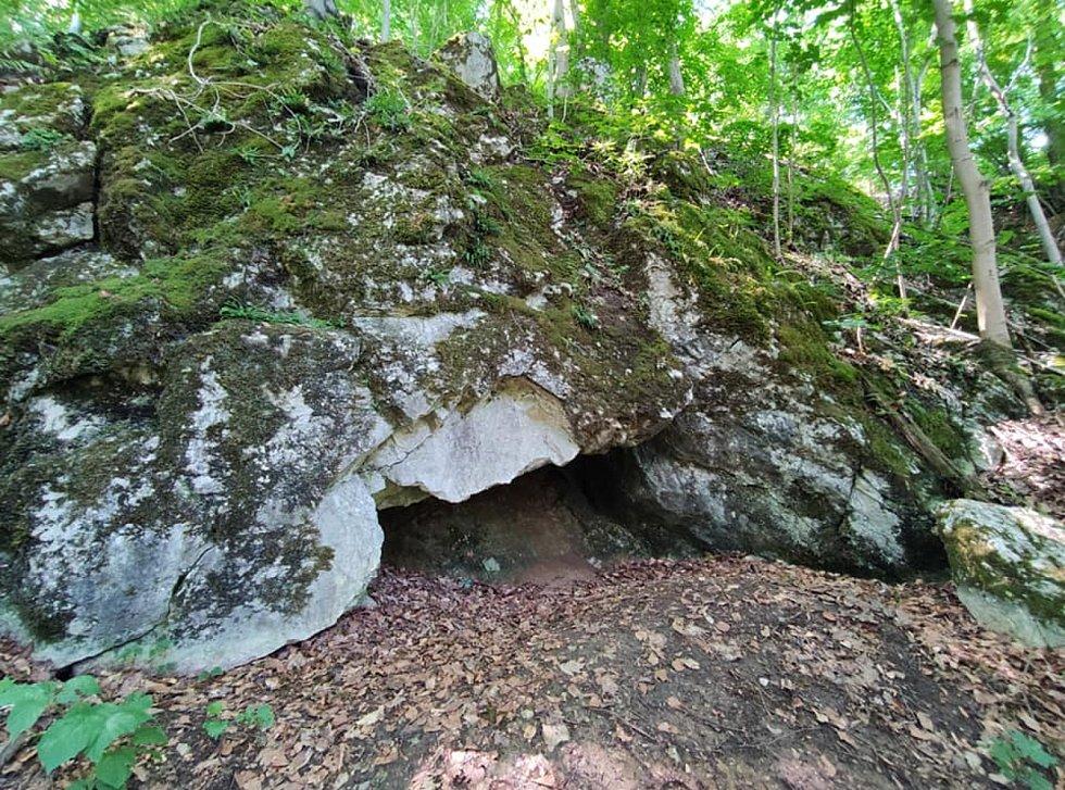 Z výletu do Nových Zámků v Litovelském Pomoraví. Jedna z jeskyní v úbočí Třesína.