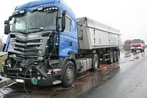 Nehoda dvou kamionů v úterý dopoledne částečně blokovala silnici II/425 u Širokého dvora ve směru z Břeclavi na Hustopeče. Došlo při ní ke zranění dvou osob.