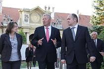 Na snímku jihomoravský hejtman Michal Hašek (vpravo) s českým ministrem kultury Jiřím Besserem a kastelánkou Ivanou Holáskovou.