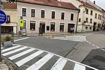 Křižovatka ulic Pavlovská, Česká a Kostelní náměstí se dočkala zvýraznění dopravního značení. Cílem je zvýšení bezpečnosti v centru Mikulova.
