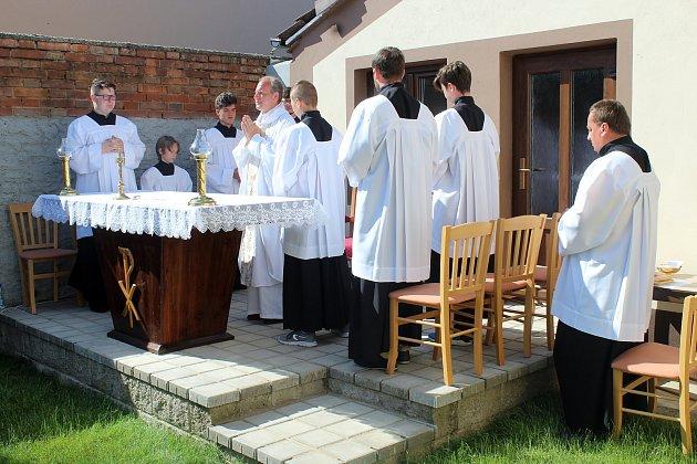 Tradiční nedělní mše se tentokrát uskutečnila vMoravské Nové Vsi pod širým nebem. Kostel je poničený po čtvrtečním tornádu.