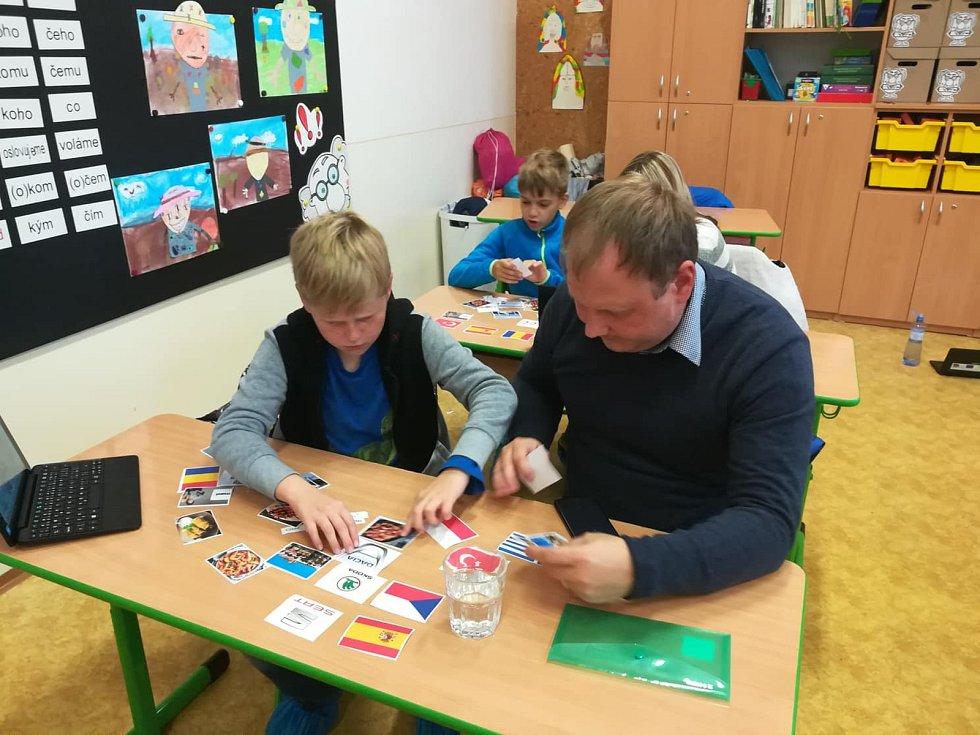 V základní škole Hustopeče na Komenského ulici zvou občas k výuce i rodiče.