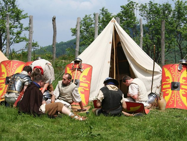 """""""Živá"""" rekonstrukce podoby táborového života římské armády vpoli"""