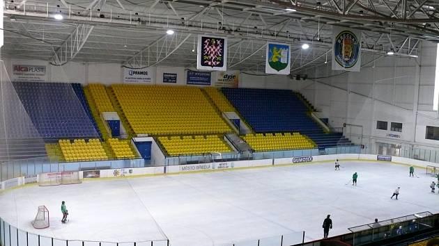 Interiér břeclavského zimního stadionu.