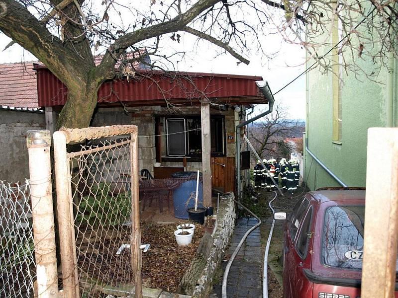Zděný zahradní domek z šedesátých let minulého století byl odpojený od elektřiny. Oheň ráno zpozorovali a ohlásili hasičům lidé ze sousedství.