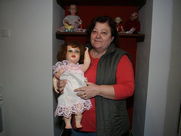 Anna Klonová s jednou ze svých panenek.