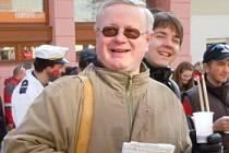 Mikulovský zastupitel Jaroslav Smečka byl u oprav cesty mezi Mikulovem a Ottenthalem v roce 2006.