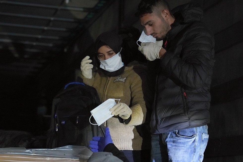 Desítky běženců se ukrývaly v nákladním autě z Turecka. Jihomoravští celníci je objevili ve čtvrtek v podvečer při kontrolách na dálnici D2 na Břeclavsku.