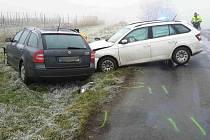 Dvě osobní auta se čelně srazila v pátek ráno na silnici u Hustopečí.