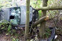 Jednadvacetiletá řidička nezvládla průjezd zatáčkou a vlétla patnáct metrů do lesa.