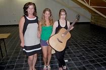 Písničkářka Suzanne Vega podepsala kytaru pro Jihomoravskou komunitní nadaci.