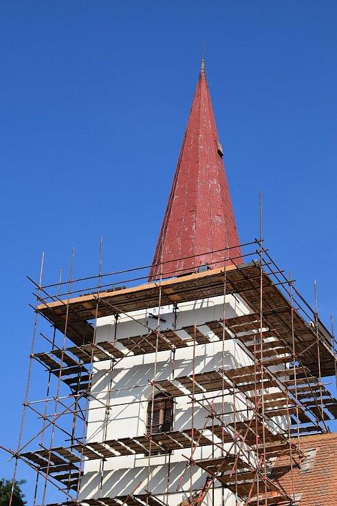 Oprava střechy rakvického kostela, jejíž součástí bude i výměna kupole.