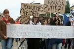 Nespokojení demonstranti prošli Valticemi.