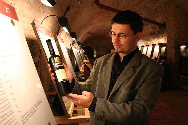 Sommeliér Marek Babisz z Národního vinařského centra ukazuje jednu z láhví letošního Salonu vín ve Valticích.