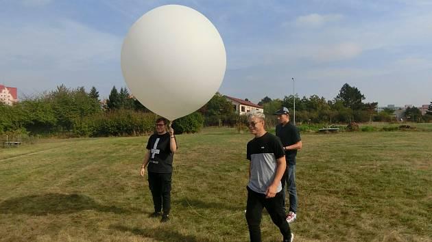 Parta studentů břeclavské průmyslovky vyslala do stratosféry vlastnoručně vyrobenou sondu. Vystoupala do výšky třiatřiceti kilometrů nad zemský povrch.