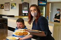 Otevřené hospody. Oběd si lidé od pondělí znovu vychutnávají uvnitř restaurace Mlýn ve Velkých Bílovicích.