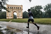 Běžci v Lednicko-valtickém areálu museli letos soupeřit také s deštěm.